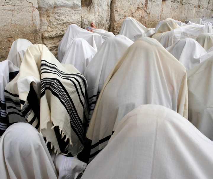 Prayer-of-Jews-in-western-wall-Mazada Tours