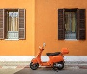 Orange-scooter Neve Tzedek